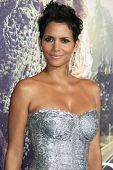 LOS ANGELES - OCT 24: Halle Berry at the Warner Bros. Pictures' 'Cloud Atlas' premiere at Grauman's