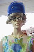 Primer plano de un maniquí femenino usando ropa vintage