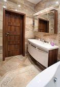 baño en casa con baño y muebles de lujo