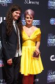 LOS ANGELES - AUG 1:  Matthew Mosshart, Kelly Osbourne arrives at the 2013 Young Hollywood Awards at