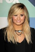 SLOS ANGELES - 1 de AUG: Demi Lovato chega na festa Fox All-Star verão 2013 TCA do SoHo Hou