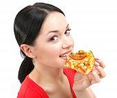 Linda garota come close-up de pizza isolado no branco