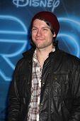 LOS ANGELES - 11 de dezembro: Patrick Fugit chega na estréia no Teatro El Capitan o