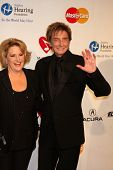 Los Angeles feb 11: Lorna Luft, Barry Manilow kommt in die Muiscares Gala ehrenden Barbra Strei