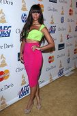 LOS ANGELES - 12 de FEB: Leona Lewis llega en el 2011 Pre-GRAMMY Gala y saludo a iconos de la industria