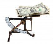 Antigua escala con notas de dólar