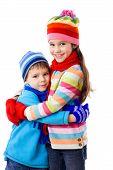 Dos niños en ropa de invierno