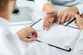 Primer plano del equipo trabajando con documentos en la reunión de negocios