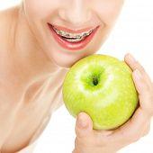 Menina chaves com maçã verde sobre fundo branco