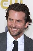 LOS ANGELES - 9 de JAN: Bradley Cooper chega no XVIII anual Critics' Choice Awards de filme em casca