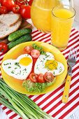 Scrambled eggs with vegetables and juice served in plate on napkin