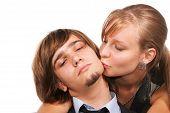 Junge Mädchen küssen Handsome Guy