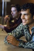 Hispano hombre bebiendo en el bar