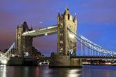 Tower Bridge, Londres en la noche.