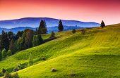 Majestuosa puesta del sol en el paisaje de las montañas. Cielo dramático. Los Cárpatos, Ucrania, Europa. Mundo de la belleza.