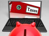 Steuern-Datei auf Laptop zeigt Besteuerung