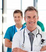 Retrato de un médico maduro llevar a su equipo