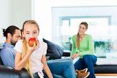 Children eating fresh appels for healthy living