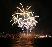 Uma colagem de uma explosão de fogos de artifício