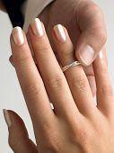 Mann Frau Finger Diamantring anziehen