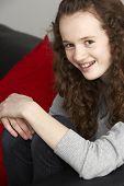 Adolescente sentado en el sofá