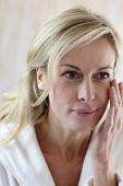 attraktive middle aged Woman Comestics im Gesicht anwenden