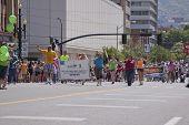 Salt Lake City, Utah - 3 de junho: Os participantes da parada de orgulho marchando no centro da cidade em 3 de junho de 2012, sal