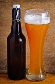 Glas und Flasche Bier