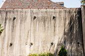 Velho gesso parede com âncoras de terremoto