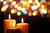 Vela de Navidad con luz borrosa