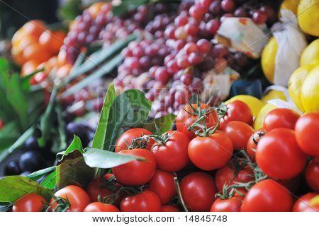 Постер, плакат: Свежие здоровые органические продукты фрукты и овощи на рынке, холст на подрамнике