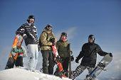 junge Snowboarder Gruppe viel Spaß und entspannen Sie sich am sonnigen Wintertag auf Wintersaison