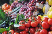 Постер, плакат: Свежие здоровые органические продукты фрукты и овощи на рынке
