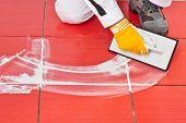 Trabalhador com talocha de borracha, aplicação de azulejo de rejunte