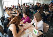 Moscou - 19 de abril: Crianças órfãs não identificadas, 13-16 anos, competir na manicure no concurso Young