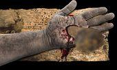Sangrado de la mano con el clavo en la madera