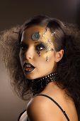 Futurismus. Bodyart. Golden lackiert der Haut der Frau mit Silber Zubehör. Art-Deco