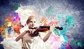 Wunderschöne Frau, die auf Geige spielen