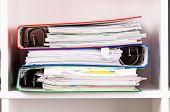 Primer plano de las carpetas de archivo en los estantes en la oficina