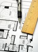 Zeichnung der Grundriss mit einem Stift und Herrscher
