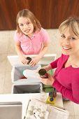 Mãe e filha reciclagem resíduos em casa