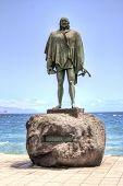 CANDELARIA, TENERIFE - 15 de septiembre: Estatua de Bencomo, antiguo rey de Tenerife en la Basílica de