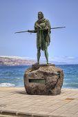 CANDELARIA, TENERIFE - 15 de septiembre: Estatua de Anaterve, antiguo rey de Tenerife en la Basílica de