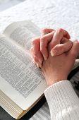Manos Unidas en oración