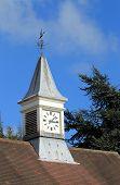 Torre del reloj y Veleta en edificio antiguo, Inglaterra.