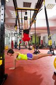 CrossFit Fitness-TRX-Training-Übungen Fitnessstudio Frau Push-up und Dip Ringe Mann Training
