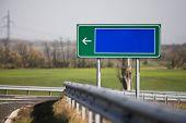 Señal de dirección en blanco al borde del camino