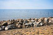 Golfbreker van rotsen bij Nederlandse kust