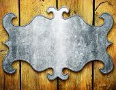 Placa de metal vintage em pranchas de madeira velhas