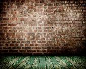 viejo interior con pared de ladrillo y piso de madera
